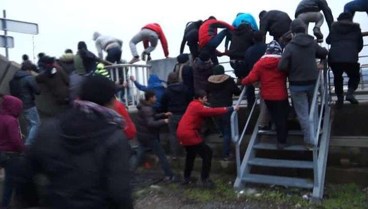 Нелегалы во Франции штурмовали порт Кале и захватили британский паром