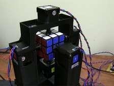 Самодельный робот собирает кубик Рубика за секунду
