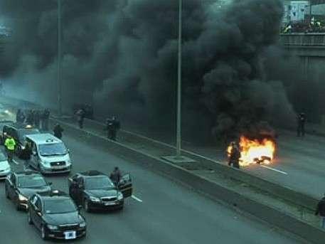 Разъярённые таксисты пытаются сжечь Париж