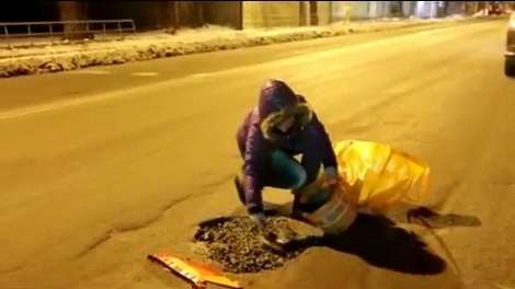 Вероника Бобрусь, менеджер из Омска, своими руками заделывает ямы на дорогах города