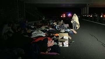 Беженцы спят на автостраде, ведущей от сербской границы к Будапешту. Архивное фото