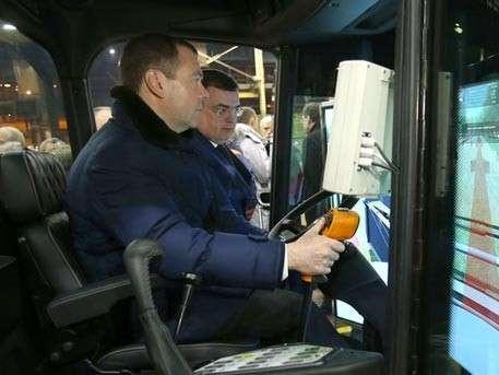 Дмитрий Медведев прокатился за рулём комбайна «Кирюша»
