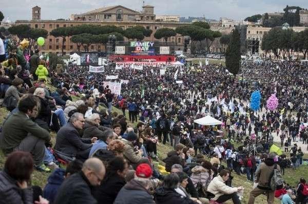 Жители Рима вышли на многотысячную демонстрацию против однополых браков