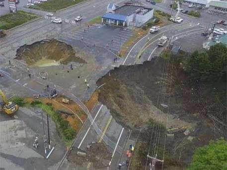Беспилотник заснял гигантский «кратер» посреди города Харбор, штат Орегон