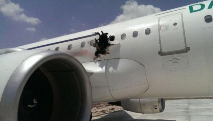 Взрыв на борту: пилоты посадили лайнер с дырой между крылом и фюзеляжем