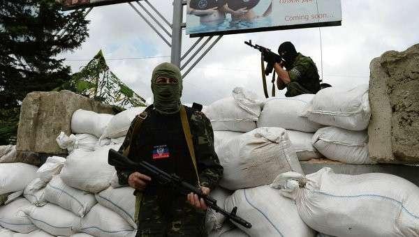 Бойцы батальона Восток на одном из блокпостов в Донецке. Архивное фото