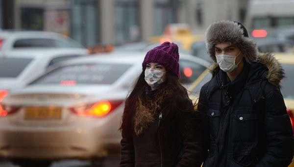 Жители Москвы в защитных масках. Архивное фото