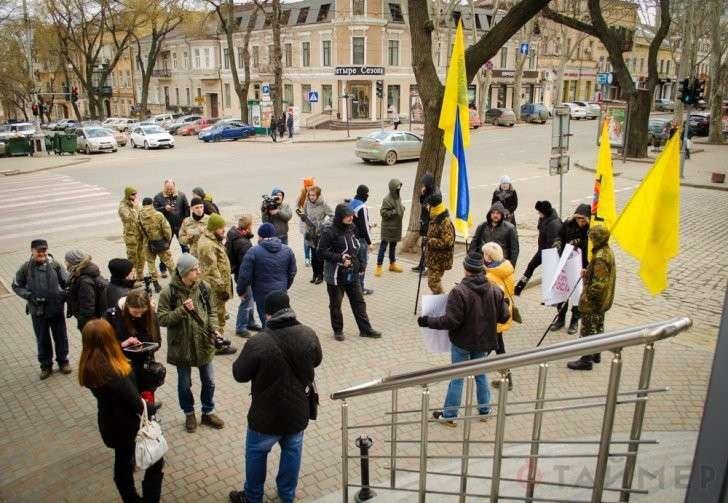 В Днепропетровске бойкотировать российские товары вышли 3 дебила, а в Одессе - 30