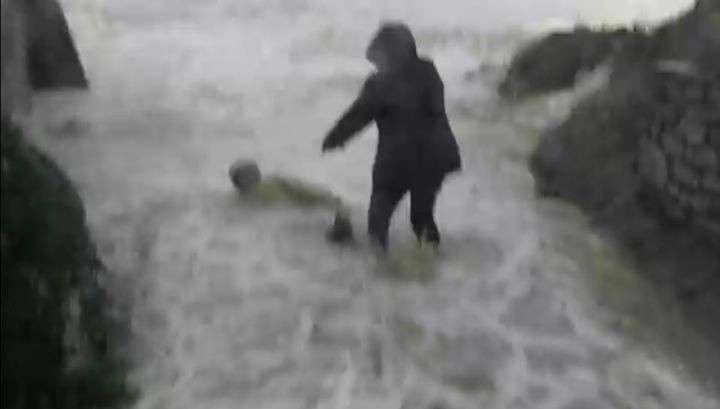 Во Франции огромные волны смыли туристов в море