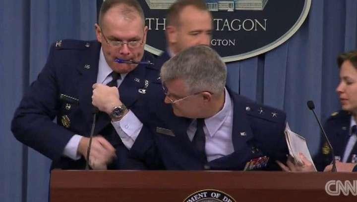 На брифинге в Пентагоне генерал упал в обморок после вопроса об истребителе F-35