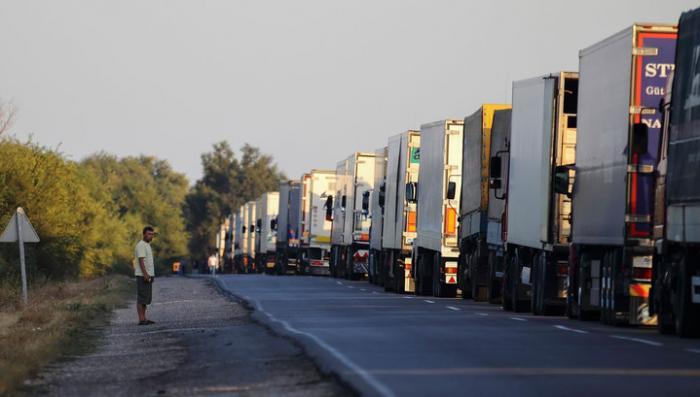 В Закарпатье украинские радикалы блокируют проезд российских грузовиков