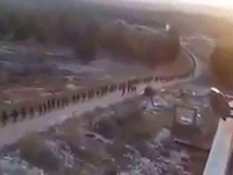 Траурное шествие для ИГИЛ: тысячи курдов идут штурмовать авиабазу Минг в Сирии