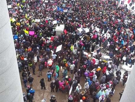 Кадры захвата Капитолия мигрантами: тысячи иностранцев штурмуют здание в США