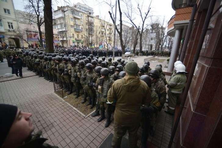 Занявшие отель в центре Киева радикалы согласились покинуть здание