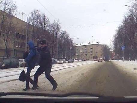 Витебский милиционер закрыл собой ребенка и спас его от столкновения с машиной
