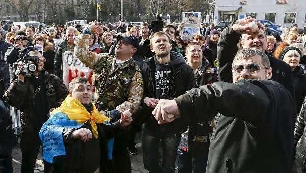 Участники акции в поддержку Савченко разбили окна посольства РФ в Киеве