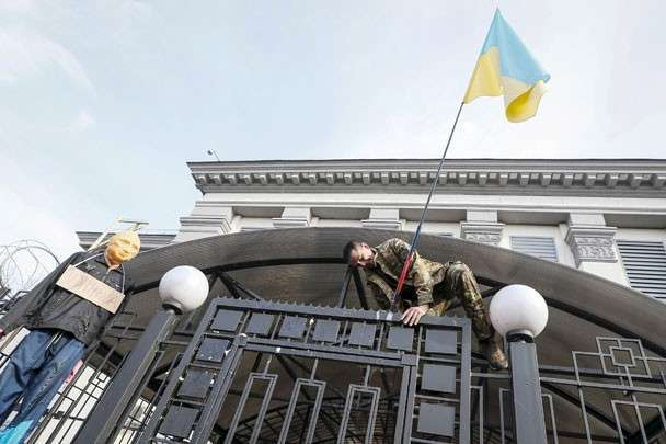 Над посольством России попытались установить украинский флаг