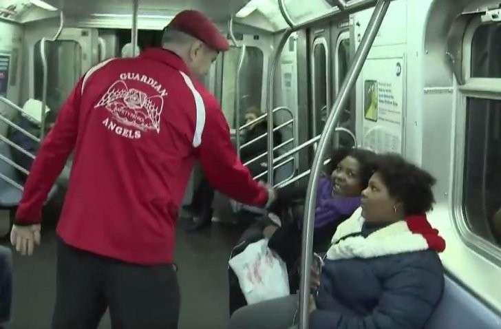 Ангелы-хранители подземки: в Нью-Йорке добровольцы патрулируют метро