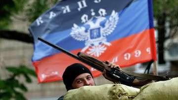 Флаг Донецкой народной республики над баррикадами в Славянске