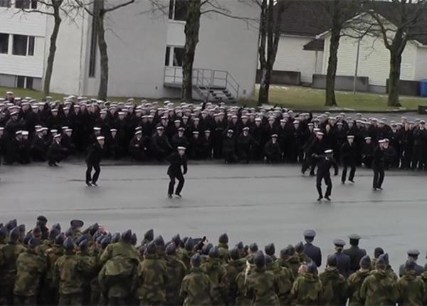 Что-то не так в датском королевстве: странные танцы норвежских военных