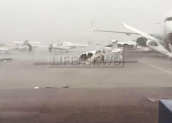 Ураган в Абу-Даби разрушил несколько самолётов