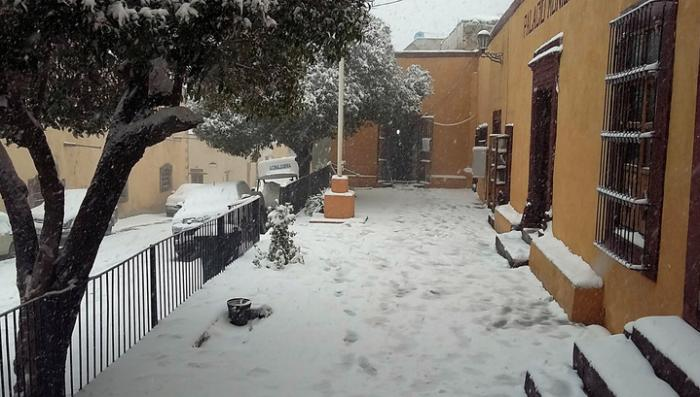 Погодная аномалия: в Мексике вторые сутки подряд идёт снег