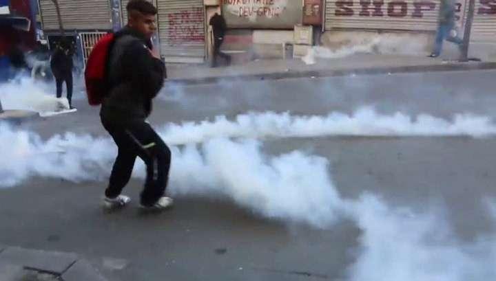 Турки забросали камнями стамбульские госучреждения