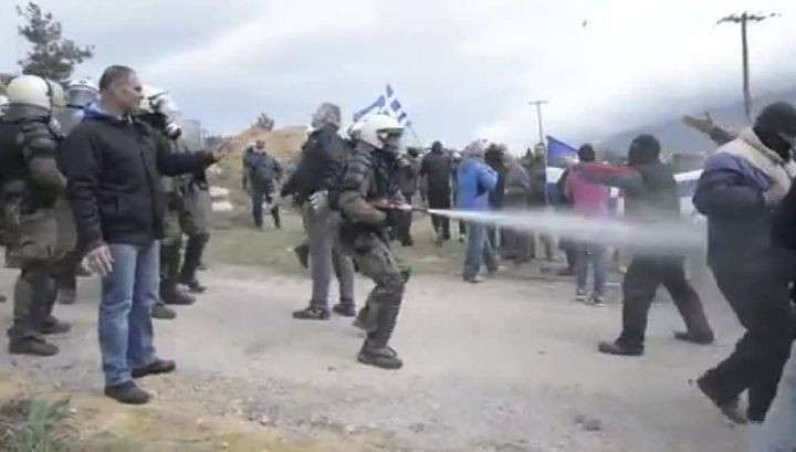 Сотни нелегалов штурмуют границу между Грецией и Македонией. Трое погибли