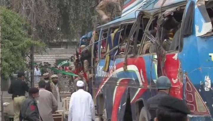 Взрыв автобуса в Пакистане: 15 человек погибли