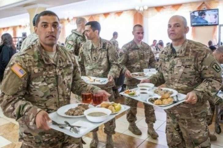 Знай свое место, холоп! Американские инструкторы не желают обедать вместе с укро-карателями