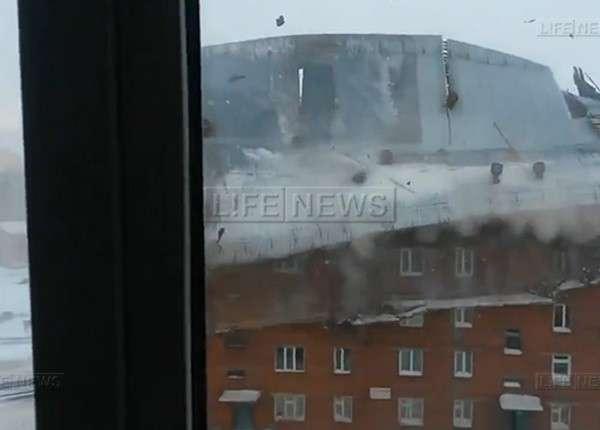 Ураганный ветер сорвал крышу многоэтажки в Красноярском крае