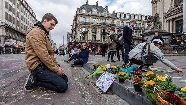 Цветы в память о жертвах терактов в Брюсселе возле Брюссельской фондовой биржи