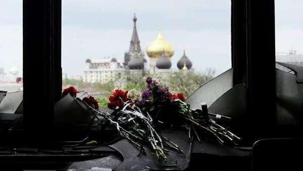 Жители Одессы несут цветы в память о погибших во время пожара в Доме профсоюзов. Архивное фото