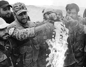 Сирийская армия и ополчение сжигают флаг бежавших из Пальмиры боевиков ИГ