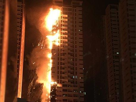 В ОАЭ полыхают жилые небоскребы
