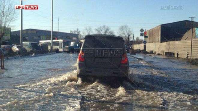 В Омске одну из центральных улиц перекрыли из-за потопа