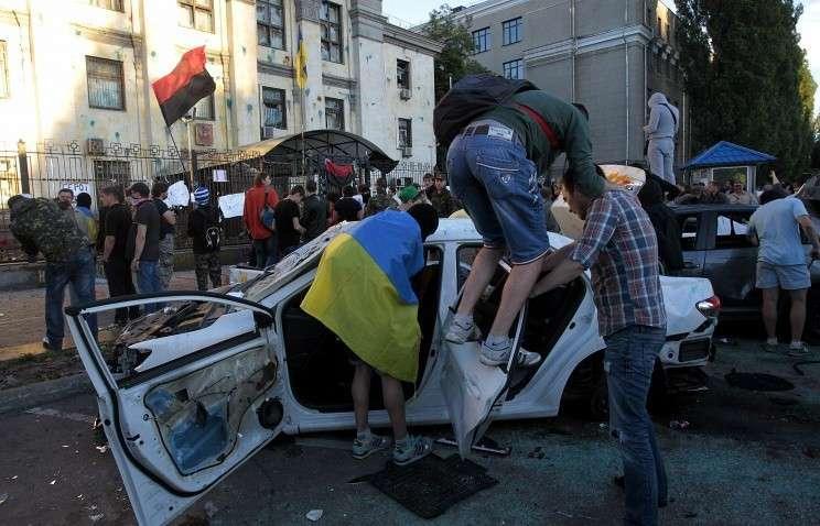 Митингующие крушат автомобиль у посольства России в Киеве, 14 июня 2014 года