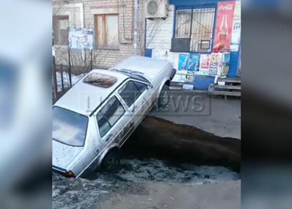 Началом Армагеддона назвали в Казахстане провал грунта на парковке