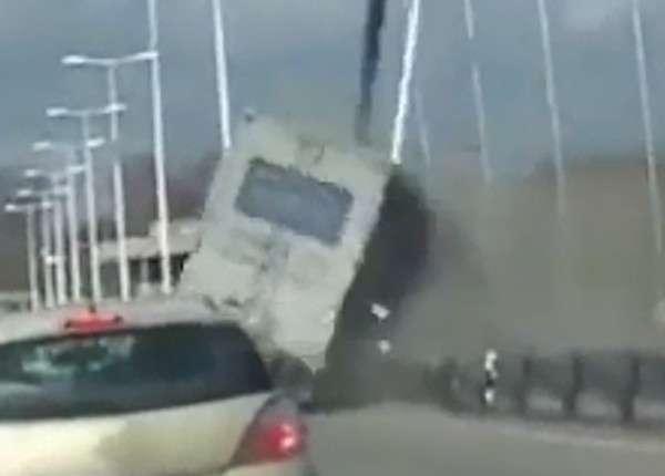 В Англии грузовик едва не сдуло с моста сильным боковым ветром