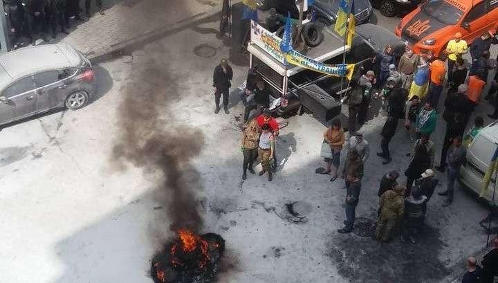 В центре Киева вновь жгут покрышки и с виселицей требуют люстрации