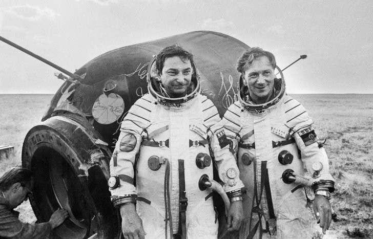 Валерий Быковский и Зигмунд Йен после приземления, 1978 год