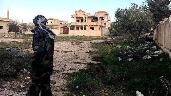 Военнослужащий Сирийской арабской армии на территории освобожденного населённого пункта Осман в провинции Дераа. Архивное фото