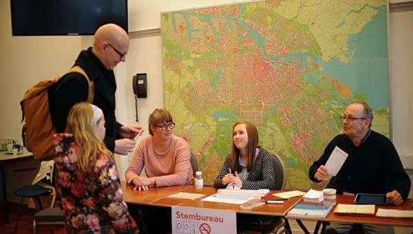 Избиратели во время голосования об ассоциации Украины с ЕС в Амстердаме. Архив
