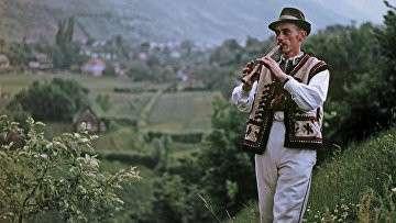 Житель Верховины играет на свирели