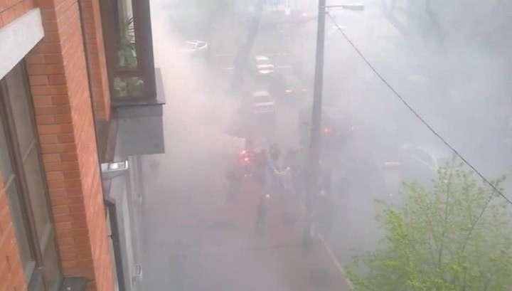 Киевские хулиганы забросали территорию Россотрудничества дымовыми шашками