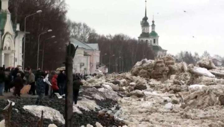 Ледоход в Великом Устюге заваливает набережную десятками тонн льда