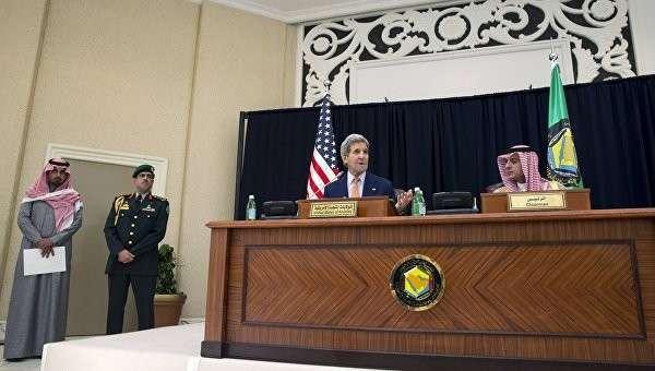Госсекретарь США Джон Керри и министр иностранных дел Саудовской Аравии Адиль аль Джубейр на совместной пресс-конференции