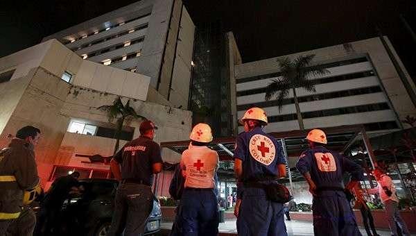 Работники службы спасения у клиники после землетрясения в Эквадоре, 16 апреля 2016