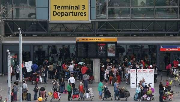 Пассажиры возле одного из терминалов аэропорта Хитроу в Лондоне. Архивное фото