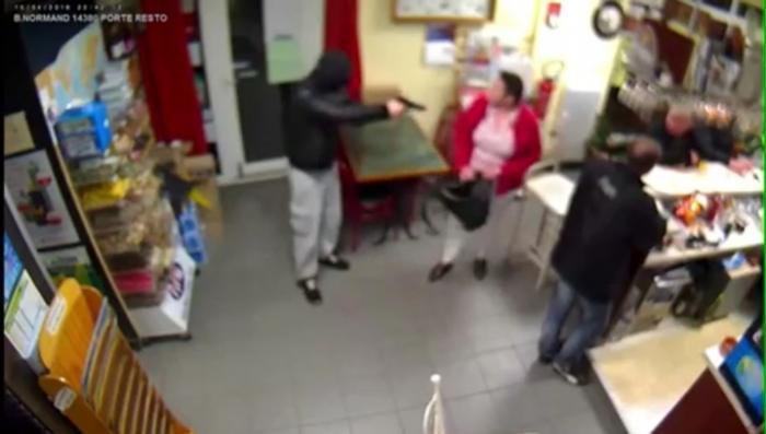 Мать с младенцем дала отпор вооружённому бандиту